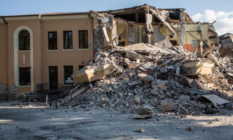 24/08/2016 Amatrice. Il paese completamente distrutto dal sisma di magnitudo 6.0 di questa notte. Le case ridotte a un cumulo di macerie La scuola elementare antisismica Romolo Capranica, inaugurata solo nel 2012